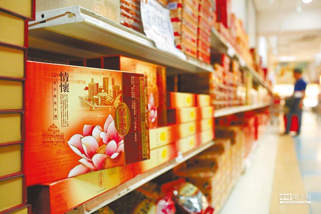 紐約一間華人超市,中秋月餅上市占滿超市一排貨架。(中新社資料照片)