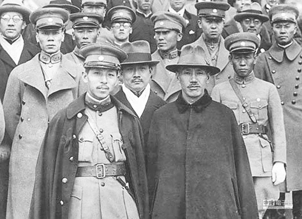 西安事變結束後,張學良(前左)親自護送蔣介石(前右)回南京時合影。(取自網路)