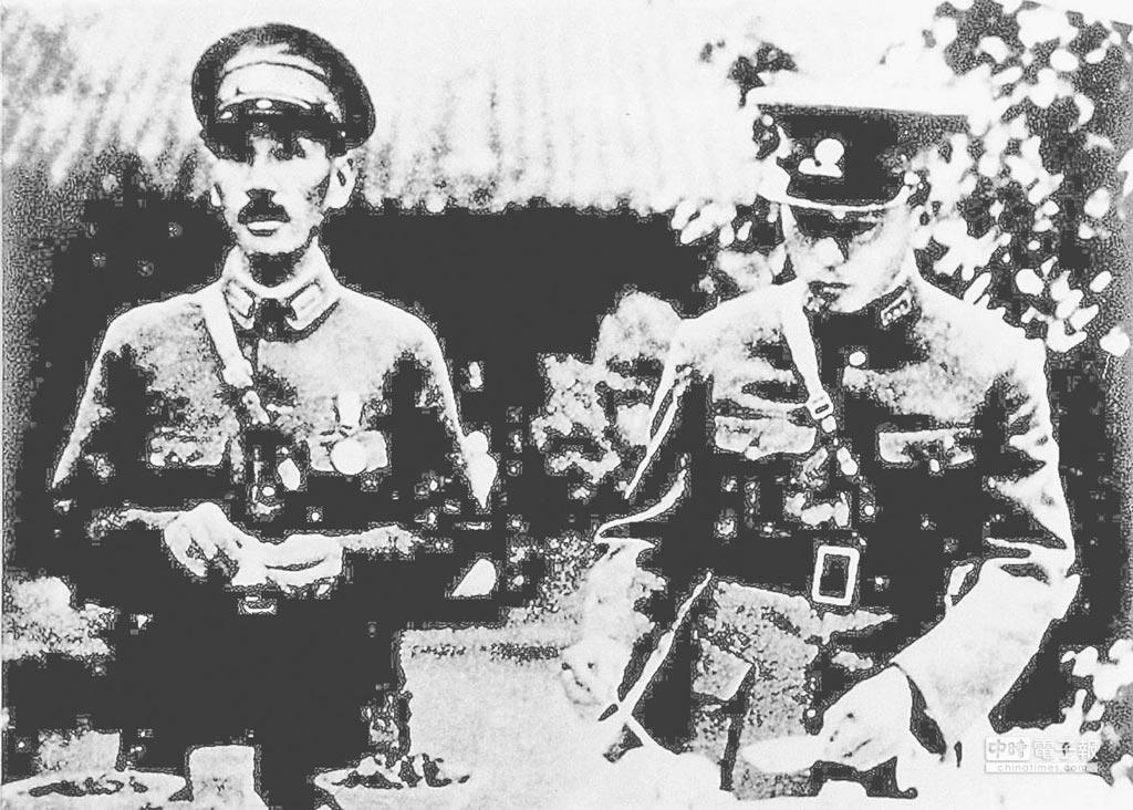 1936年12月西安事變前,張學良與蔣介石(左)合影。(本報系資料照片)