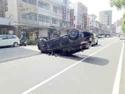 兩車擦撞翻覆 駕駛受到輕傷