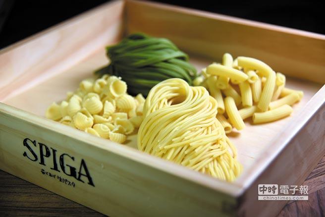 為迎合日本食客吃義大利麵的喜好,〈SPIGA PASTA〉以製麵機器人做出的義大利生麵口感較軟Q。攝影/姚舜