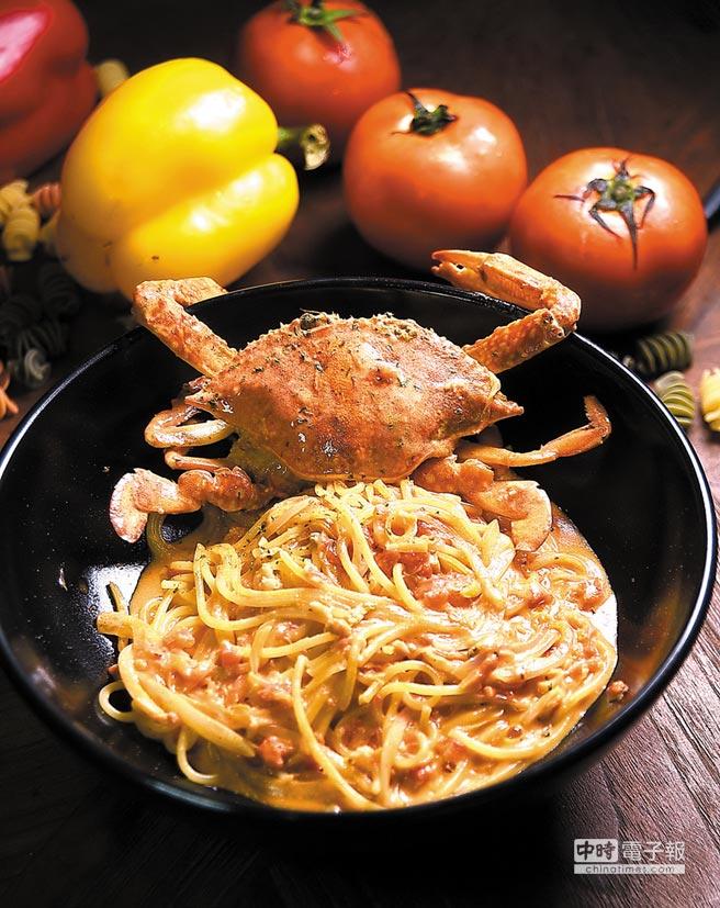 以番茄奶油醬炒製的〈藍鑽蟹義大利麵〉,上有一整尾藍鑽蟹,是〈SPIGA PASTA〉店中奢華版的PASTA。攝影/姚舜