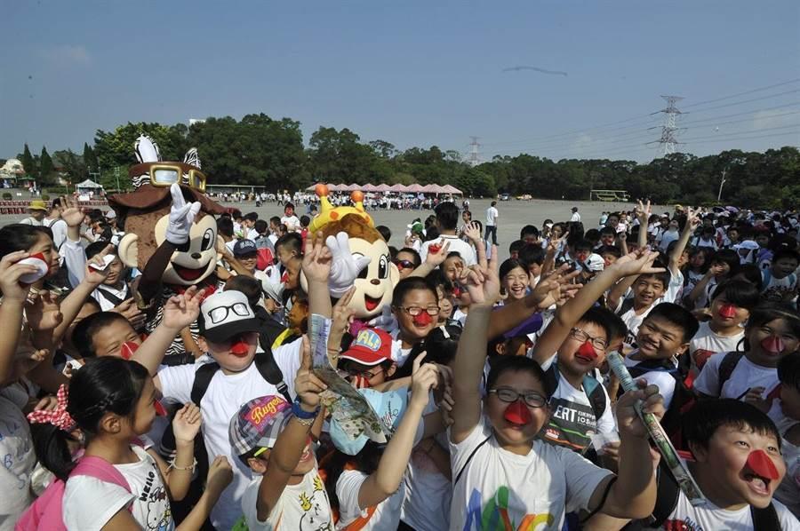 響應世界犀牛日!9月22日當日在六福村舉辦的『守護犀望.紅鼻子挺犀牛』活動,集結近3000位民眾(圖/六福旅遊集團提供)