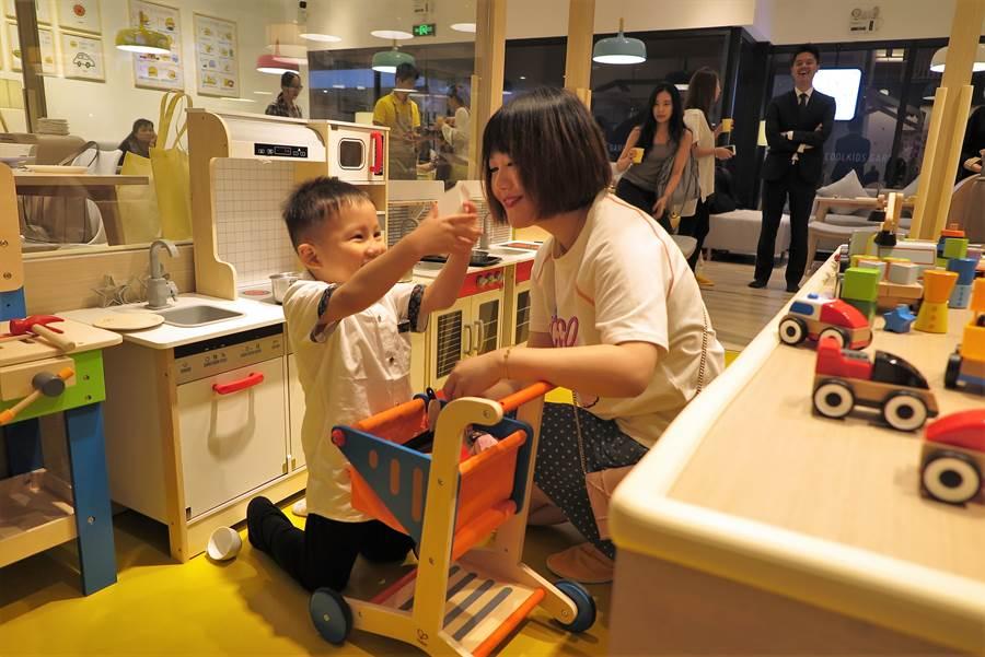 母子在東凌「Piyo CASA」親子餐廳內玩耍。(記者陳政錄攝)
