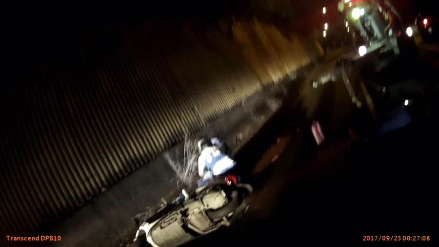 2名越南籍男子酒後雙載,逆向撞警。(曹婷婷翻攝)