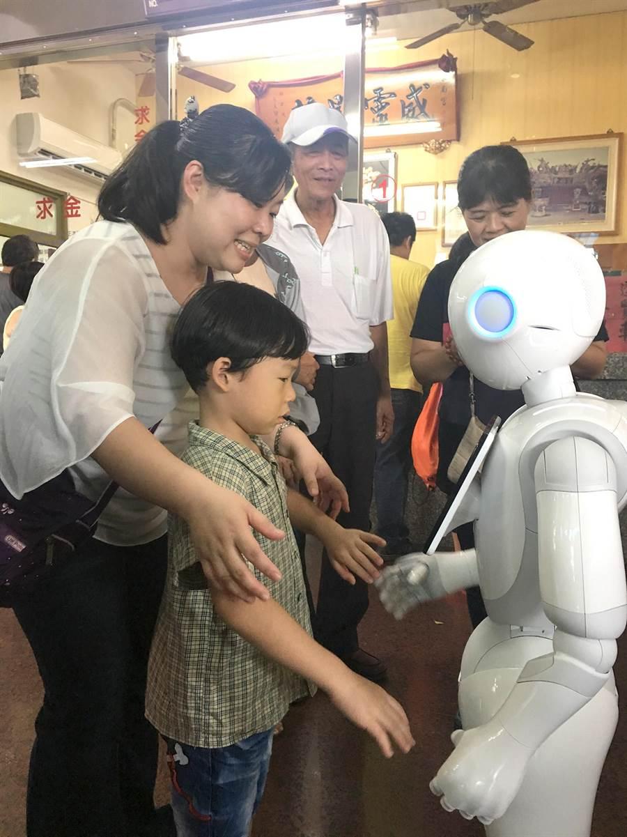 小朋友與Pepper機器人「阿福」互動。(沈揮勝攝)
