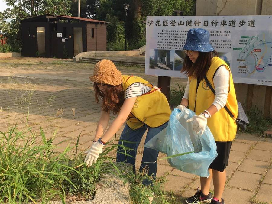 台電員工、眷屬清除步道雜草,並宣導「垃圾帶下山」觀念。(台電提供)