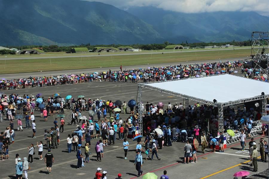空軍司令部為結合紀念「七七抗戰」暨空軍「八一四勝利」80周年,今辦理營地開放活動,軍方估計約有3萬人次入場。(張祈攝)