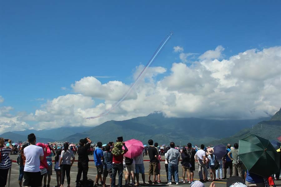 花蓮空軍基地今開放民眾入營參觀,其中雷虎小組精湛空中展示為活動重頭戲。(張祈攝)