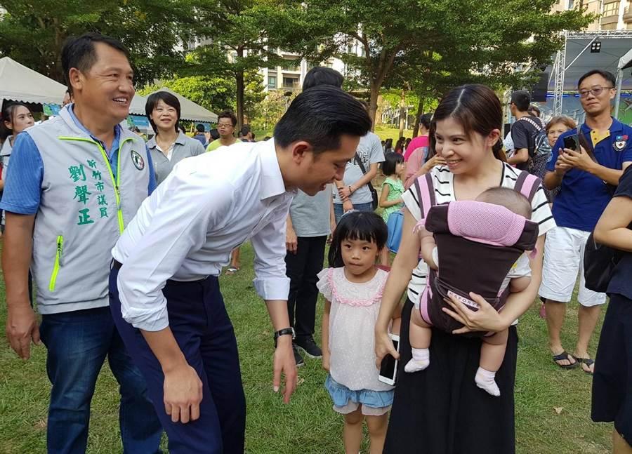 「2017新竹市生活節─國際日」活動,23日於關新公園登場,市長林智堅(左)到場與民眾同歡。(陳育賢攝)