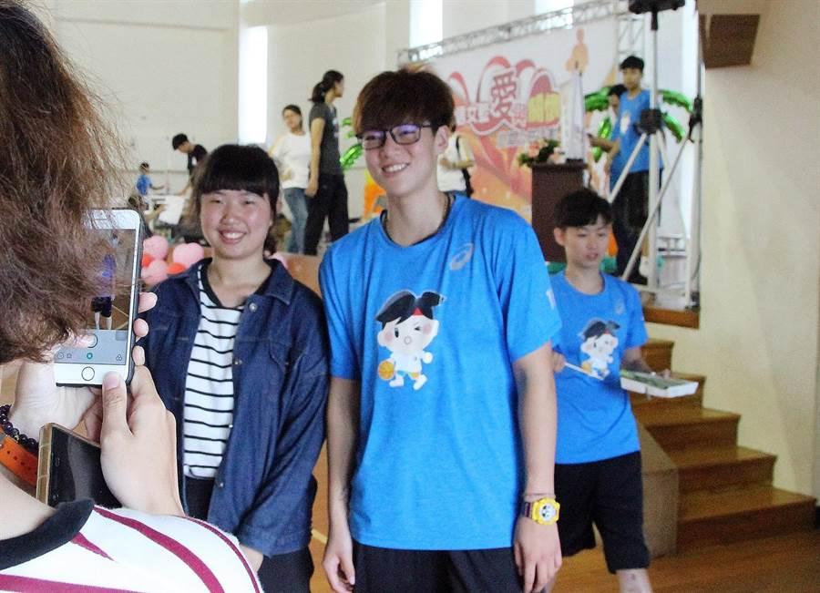 王維琳23日出席電信女籃在澎湖的公益3對3活動,與球迷合照。(林宋以情攝)