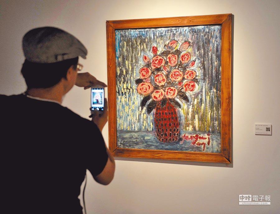 慕乙‧阿古亞那把看到的、感受到的人事物用畫呈現,跟外界分享,吸引不少民眾到場參觀。(季志翔攝)