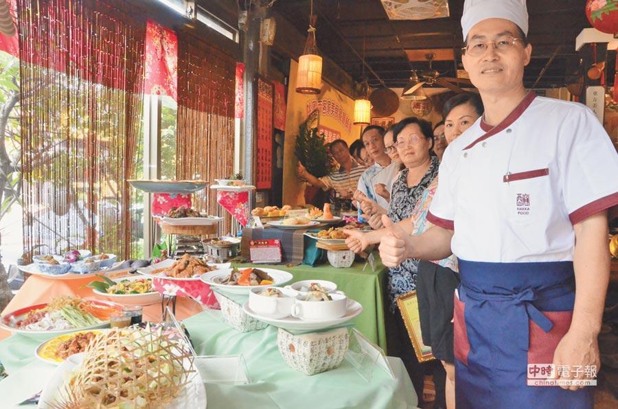 桃園市客家事務局22日在平鎮區釀香居懷舊餐廳舉辦「桃園市客家美食餐廳輔導」成果發表會,14家受輔導的餐廳業者展現出28道客家創意料理。(賴佑維攝)