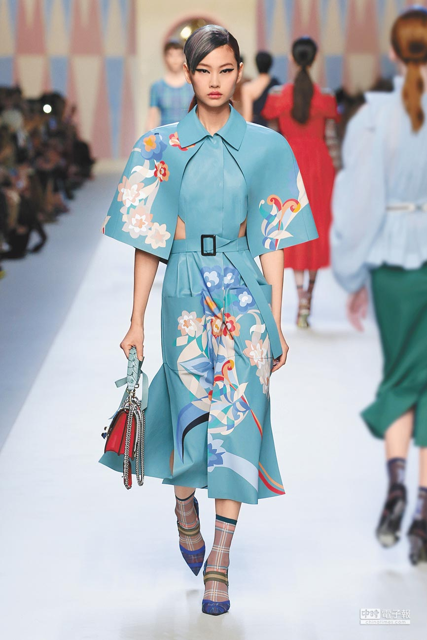 FENDI 2018春夏系列女裝以義大利未來主義與熱帶旅行為靈感,並發揮品牌專長的皮革鑲嵌工藝打造出奇異花卉圖案。(FENDI提供)