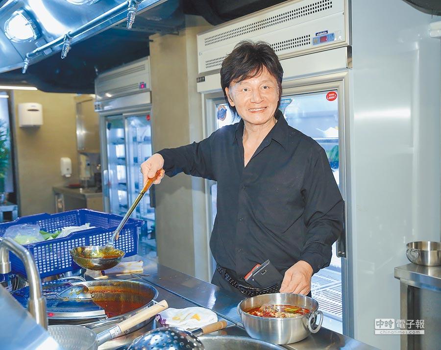藍文青昨為火鍋店開幕親力親為。(盧禕祺攝)