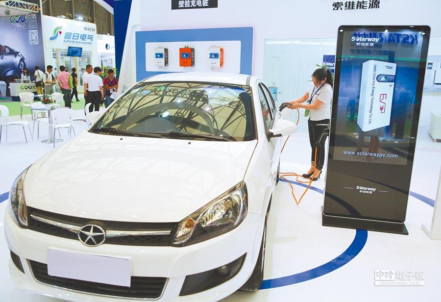 上海一台電動車正在充電。(新華社資料照片)