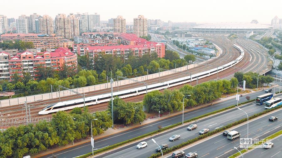 350公里!9月21日,一列「復興號」列車駛出北京南站。(新華社)