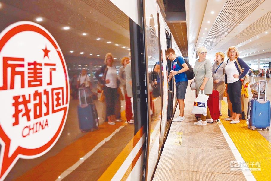 高鐵開通,廣州離北京越來越「近」了。圖為一列京廣高鐵列車進入北京西站。(新華社資料照片)