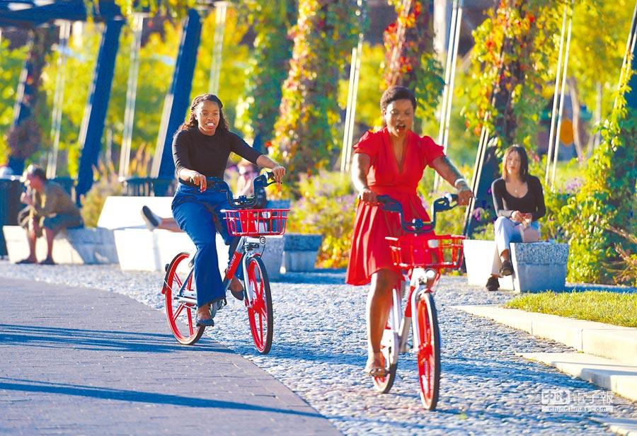 9月20日,中國共享單車摩拜現身美國首都華盛頓,用戶可用手機搜索離自己最近的單車,費用也通過手機進行電子支付。騎行費用為半小時1美元。(新華社)