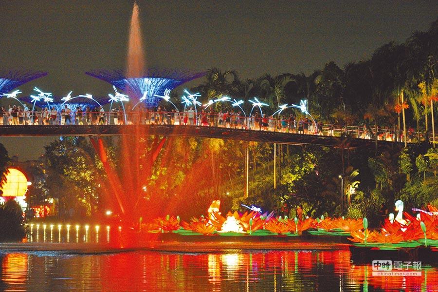 19日,人們在新加坡濱海灣花園欣賞中秋節燈飾。 (新華社)