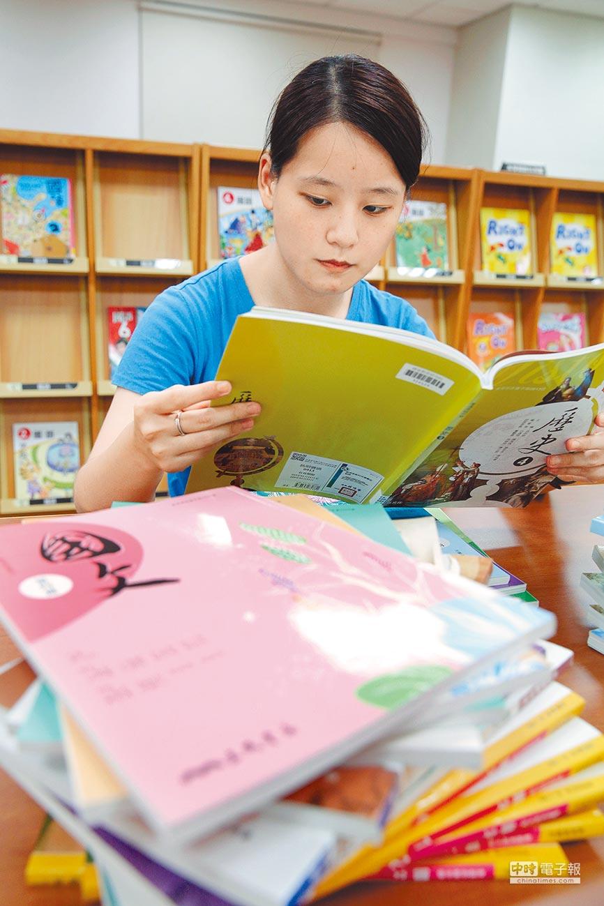 學生閱讀歷史、國文課本,前景是國文課本。(本報系資料照片)