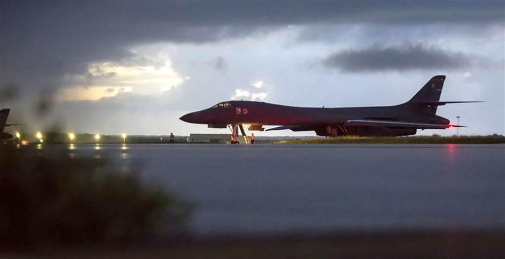 美軍B-1B轟炸機由關島起飛,飛越北韓東部外海。(美聯社)