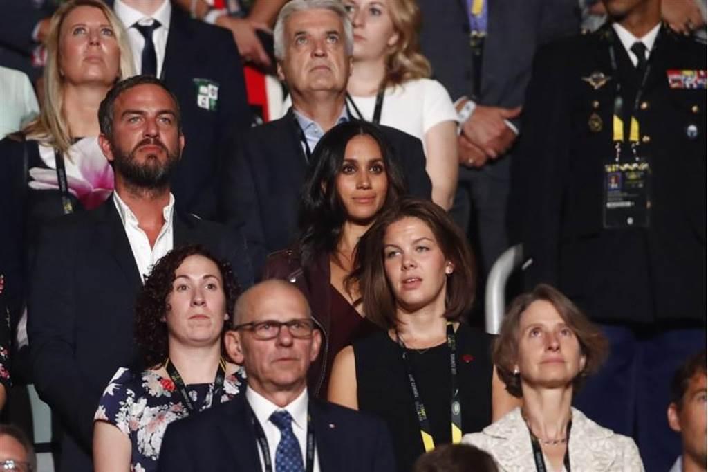 英國哈利王子的女友梅根瑪可兒(中,黑髮穿皮衣者)23日在加拿大多倫多出席「不屈不撓」運動會的開幕儀式。(圖/路透)