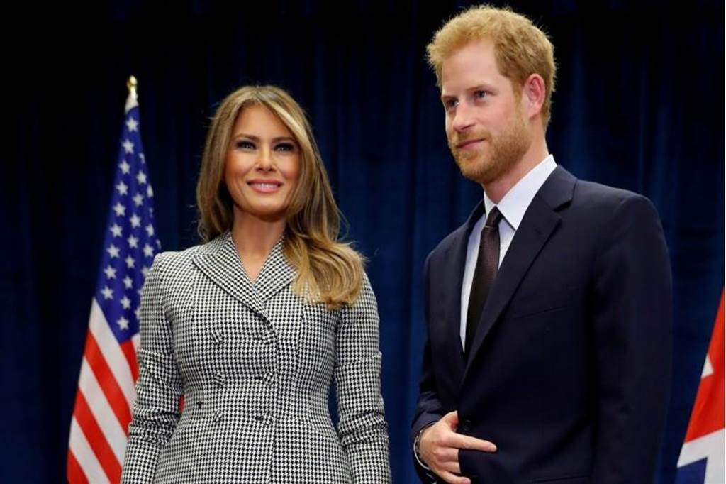 面對艷光照人的美國第一夫人梅蘭妮亞(左),哈利王子的目光卻飄向女友梅根瑪可兒,圖為「不屈不撓」運動會23日在加拿大多倫多舉行開幕儀式前,兩人會面的情景。(圖/路透)