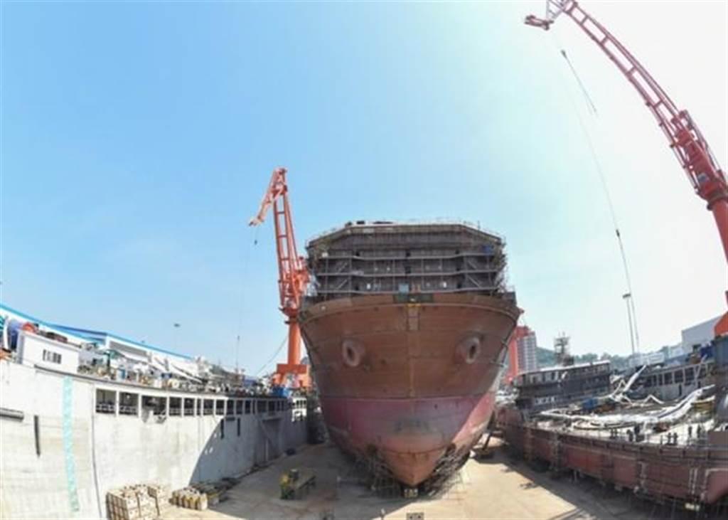 大陸正在建造的世界首艘深海採礦船,目前正在安裝船載設備。(圖/擷自東網)