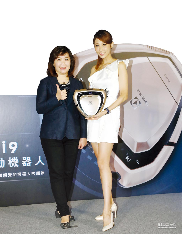伊萊克斯台灣、香港區總經理余倩梅(左)正式宣布,PUREi9「型動機器人」在台上市。圖/業者提供