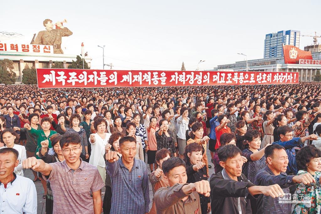 北韓23日在平壤市中心的金日成廣場舉行大規模集會,群眾大呼口號。廣場上的橫幅旗上寫著:「讓我們更加自立自強,打垮帝國主義者的制裁」。(法新社)