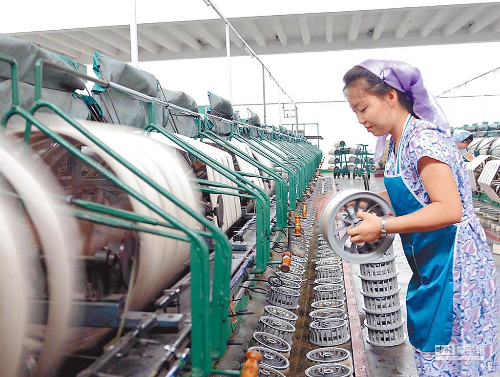 為配合國際對北韓制裁行動,大陸宣布將禁止北韓紡織品進口。圖為北韓紡織廠工人作業情形。(摘自exploredprk.com)