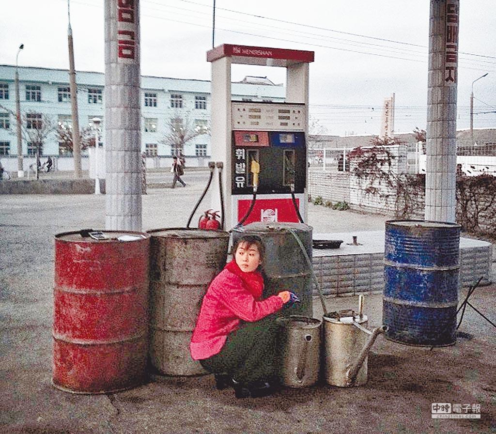 為配合國際對北韓制裁行動,大陸宣布將禁止對北韓出口凝析油及天然氣、限制對北韓出口精煉石油產品。圖為北韓人在加油站取油。(摘自northkoreagram.org)