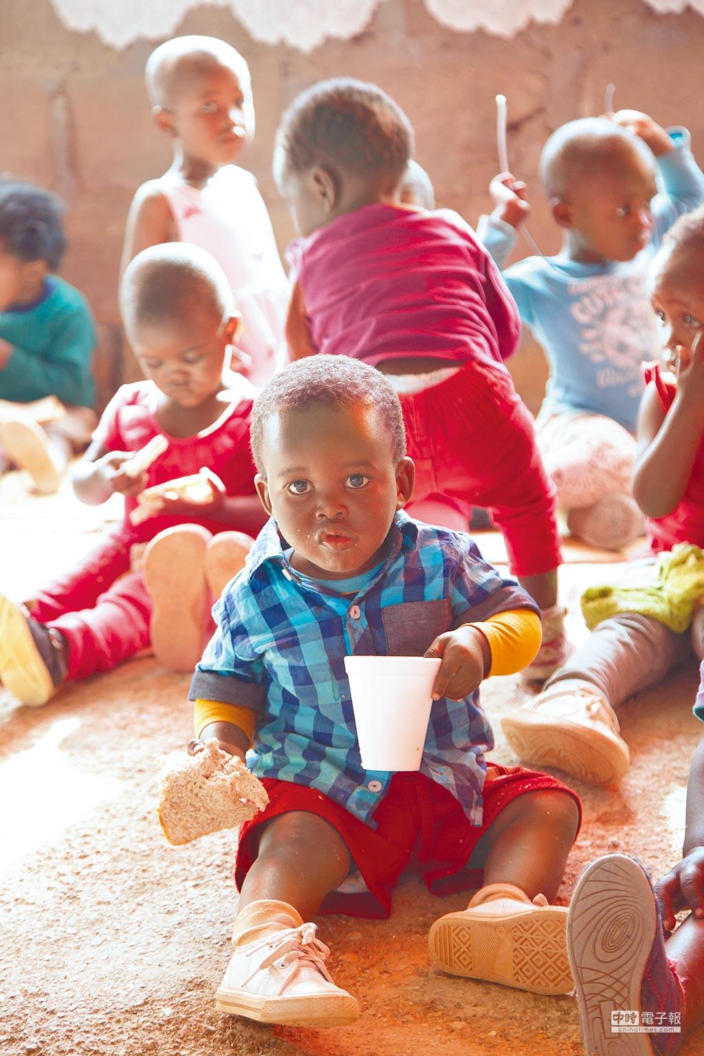 許多孩童正在吃一天唯一的一餐,一杯果汁與兩片吐司。(家扶基金會提供)