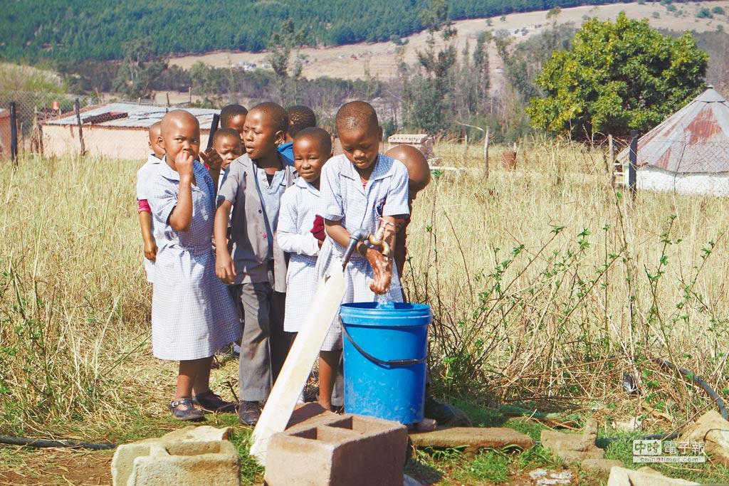 校園的孩童們排隊飲用水源。(洪安怡攝)