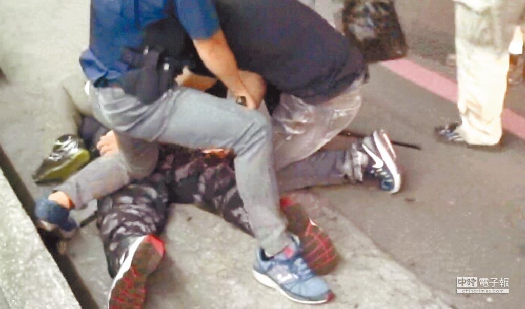 高雄市警方逮捕宗哥集團首腦鄭明宗時,擔心他持槍反抗,眾人一擁而上,將他壓制在地,訊後,鄭嫌遭檢方收押。
