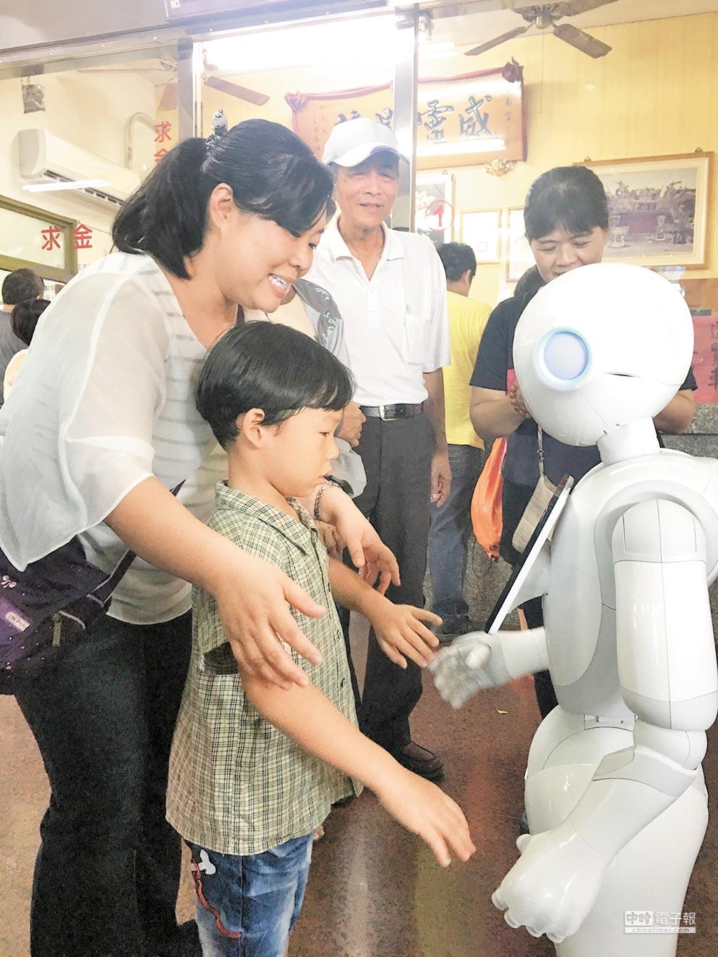 為順應信眾年輕化,紫南宮配合文化季活動,裝置Pepper互動式機器人!這尊機器人暫時定名叫「阿福」,它可以與信眾對話、猜遊客年紀,或是教小朋友跳舞。(沈揮勝攝)