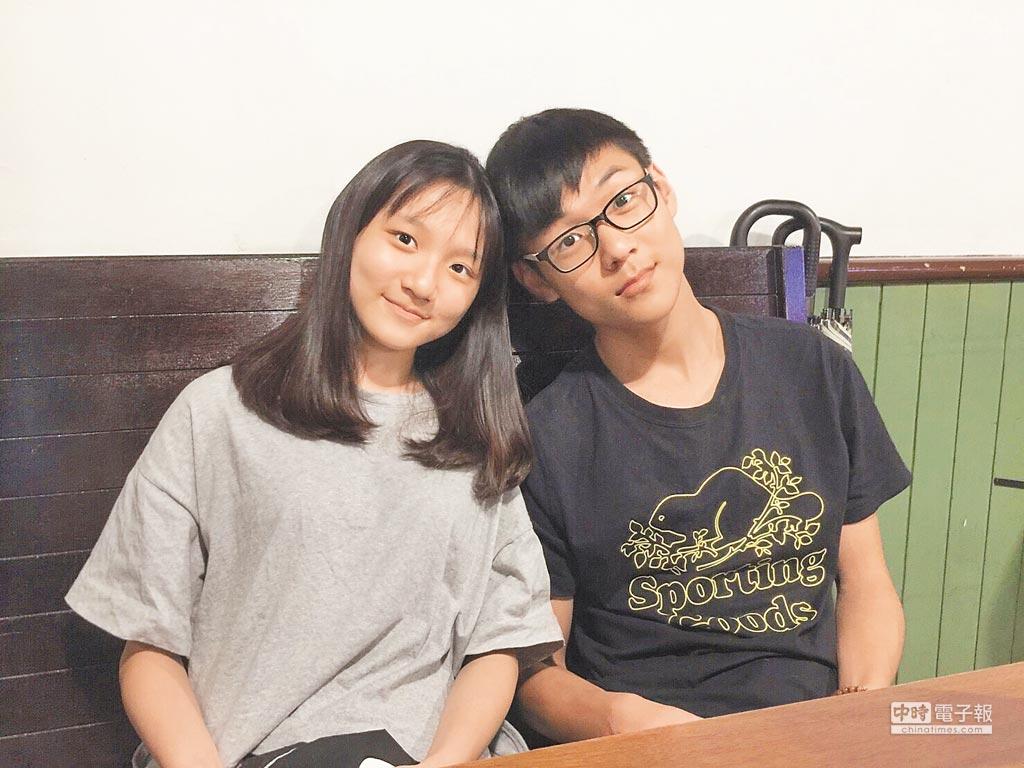 章可中的兒子章睿品(右)及女兒章郁珈已念大學及高中,兄妹感情很好。