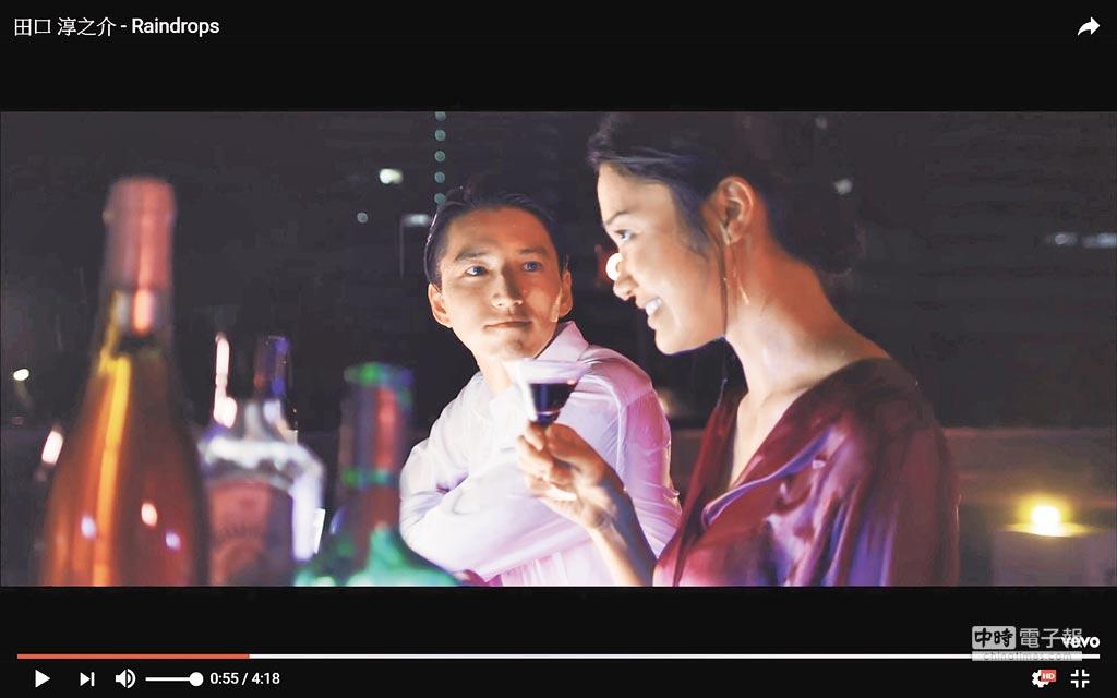 田口淳之介(左)在〈Raindrops〉MV中以無聲脣語留下伏筆。(取材自YouTube)