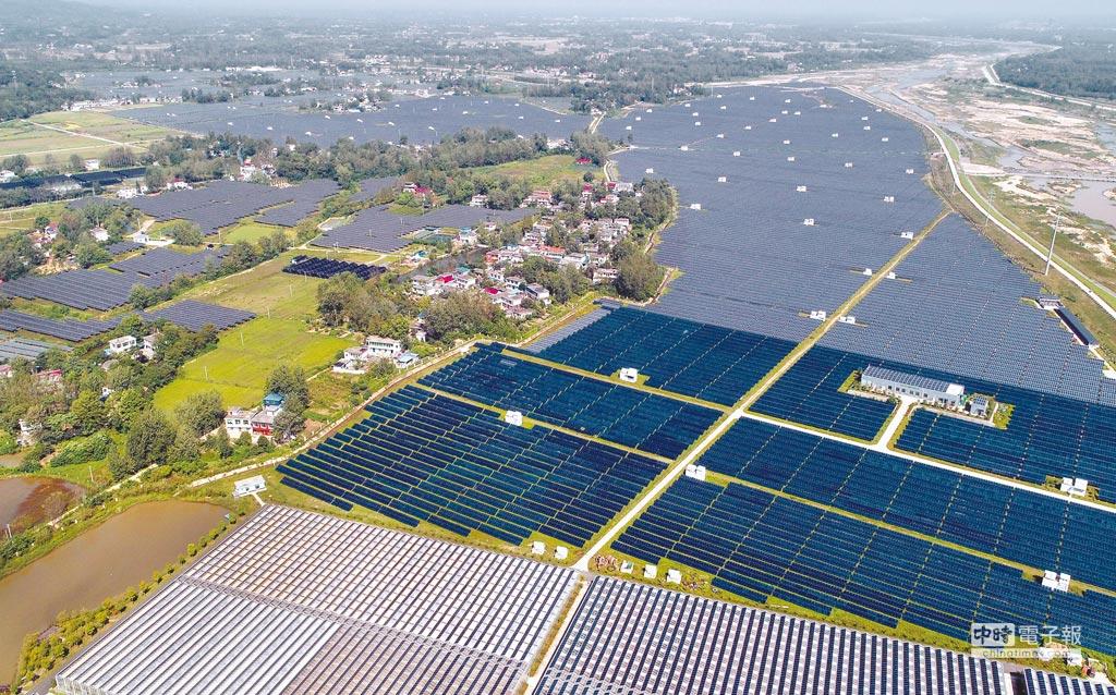 美國201條款將衝擊大陸太陽能產業。圖為安徽金寨太陽能農業生態園全景。(新華社資料照片)