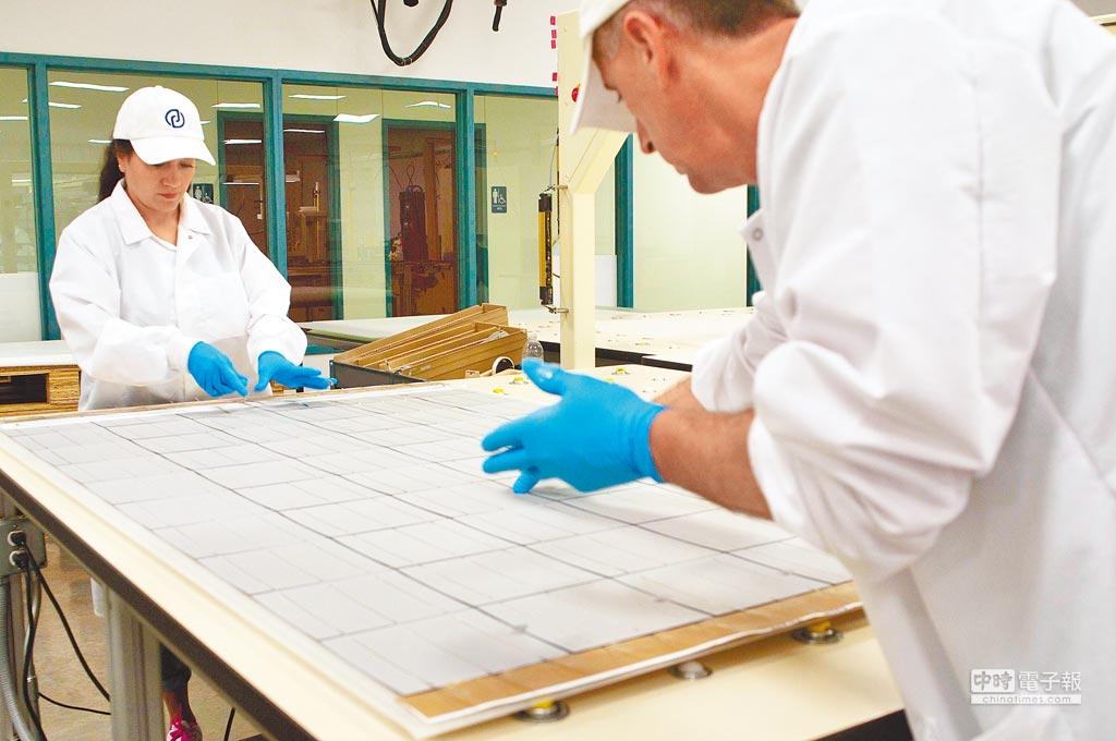 美國員工在萬向美國公司的一處太陽能面板生產線上工作。(新華社資料照片)