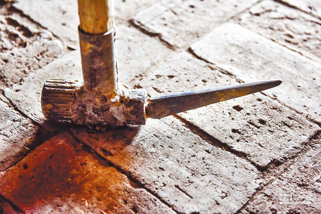 用來掏撈坎兒井的刨錘。(新華社資料照片)