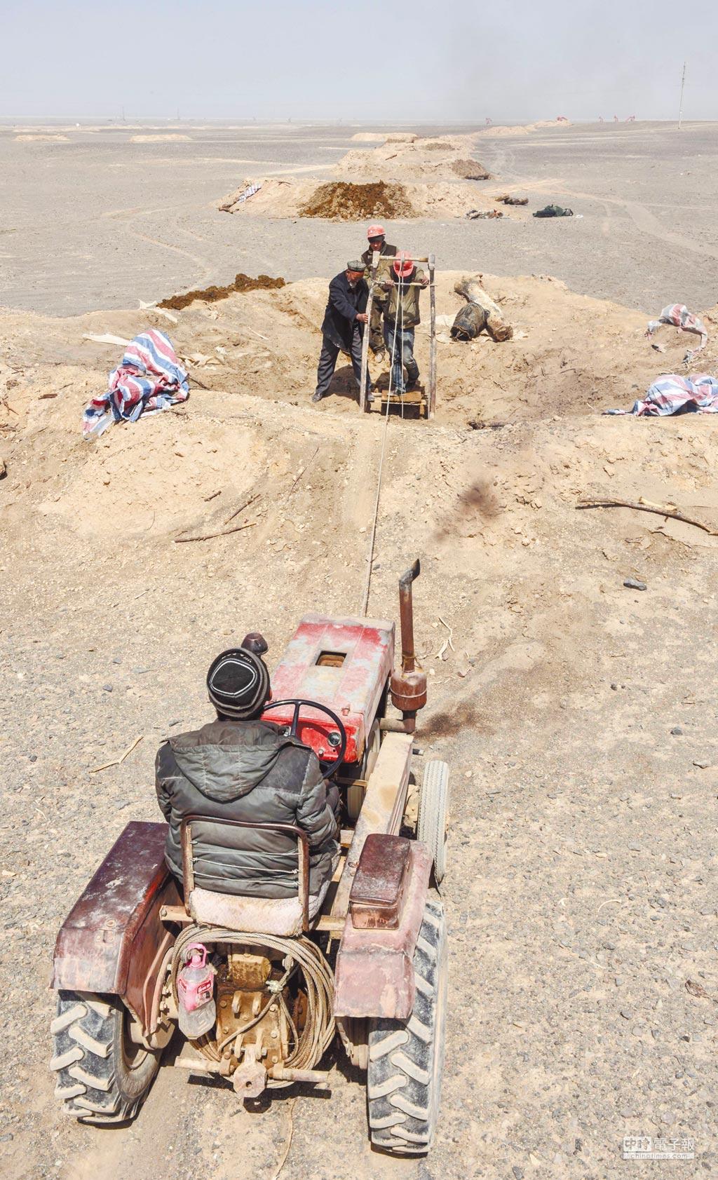 新疆吐魯番坎兒井一處豎井口旁,掏撈手工人在掏撈淤泥。(新華社資料照片)