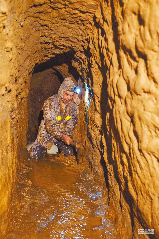 新疆哈密沁城鄉牛毛泉村農民在坎兒井內清理淤泥。(新華社資料照片)