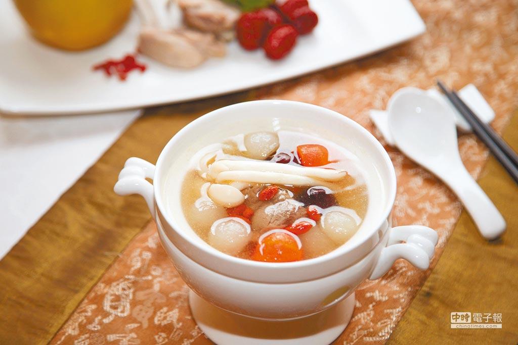 水梨清燉雞,雞湯中帶有水梨清新果香,不僅少了油膩還十分開胃。(本報系資料照片)