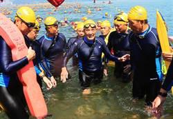 萬人泳渡 馬前總統成績退步近半小時