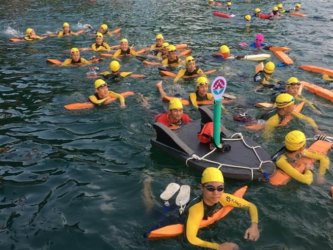 2017日月潭國際萬人泳渡24日登場,康橋國際學校共有324位學生參加。(葉書宏翻攝)