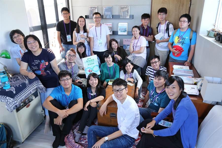 教育部青年發展署安排今年獲「青年團隊政策好點子競賽」的獲獎青年參訪「玖樓」共生公寓。(教育部提供)