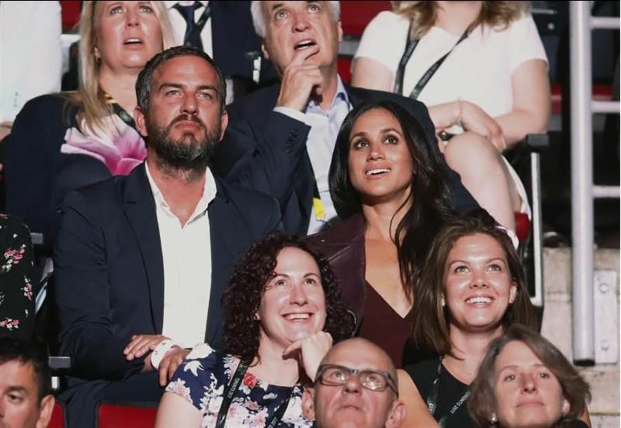 哈利王子女友梅根瑪可兒(中排右)出席心上人創辦的「不屈不撓」運動會,而坐在她身邊的,是身為派對顧問的好友安德森(Markus Anderson)。(圖/路透)