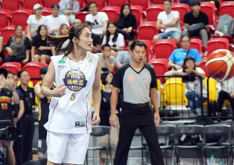 錢薇娟現身2017海峽盃籃球邀請賽台北站兩岸明星表演賽。(林宋以情攝)